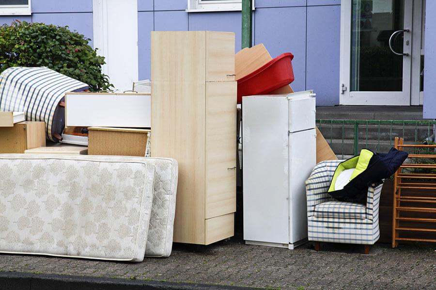 nei traslochi i vecchi mobili in discarica
